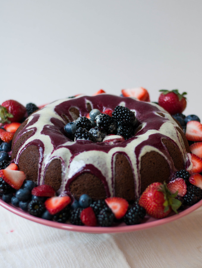 Roasted Berry Cake with White Chocolate Sauce